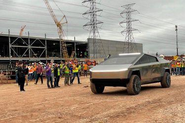 Elon Musk se deja ver a bordo de su extravagante Tesla Cybertruck