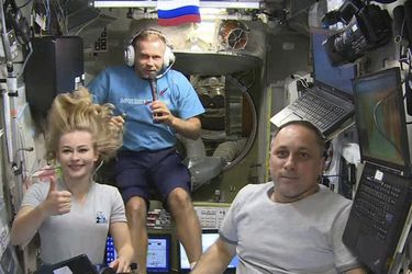 Cineastas rusos que grabaron la primera película en el espacio vuelven a la Tierra