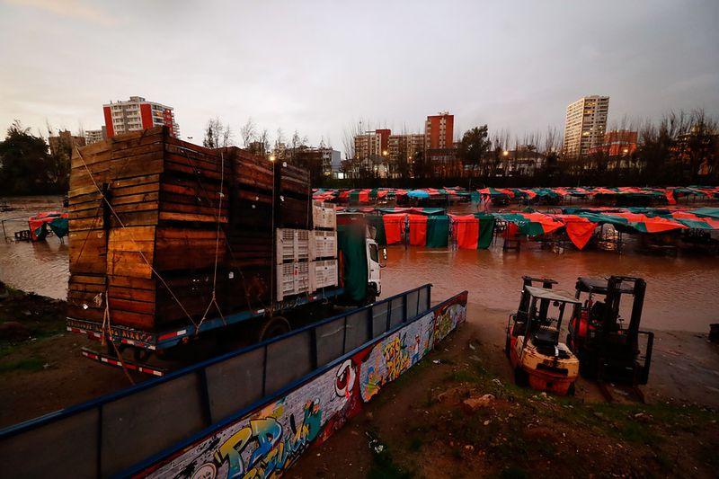 Vista de los puestos de la feria del estero Marga Marga inundados.