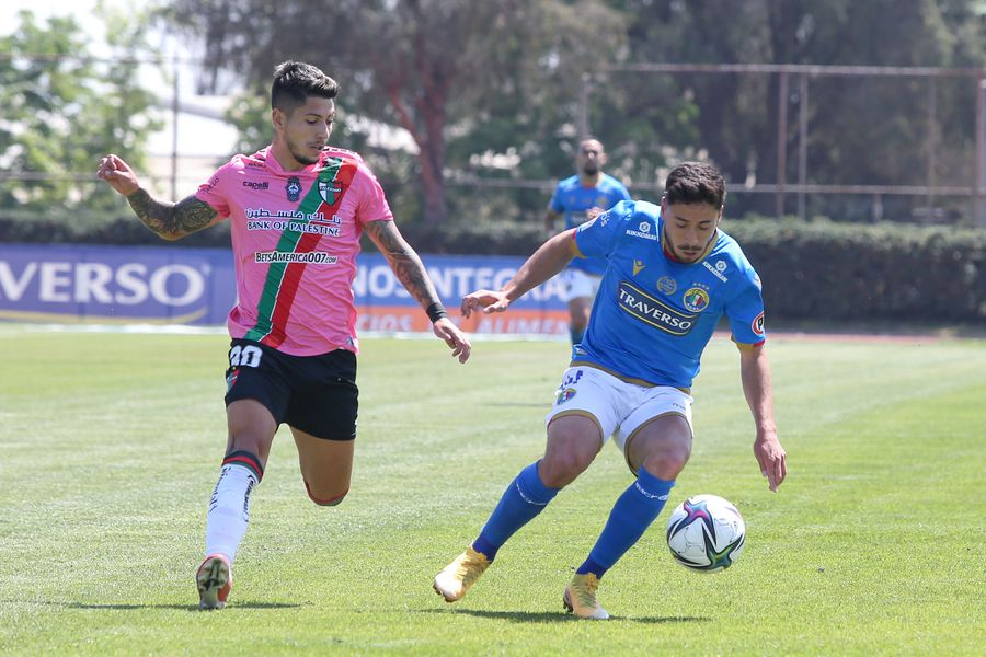 Brayan Véjar marca a Gonzalo Álvarez, durante el duelo entre Audax y Palestino. FOTO: Agencia Uno.