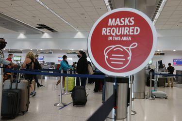 EE.UU. mantiene restricciones a viajes internacionales por variante Delta