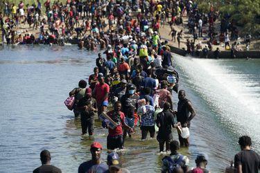 Miles de haitianos acampan bajo puente en Texas, poniendo a prueba política migratoria de Biden