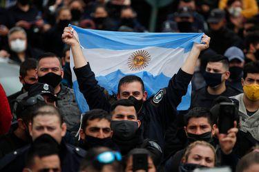 Policías argentinos realizan protesta frente a la residencia  presidencial