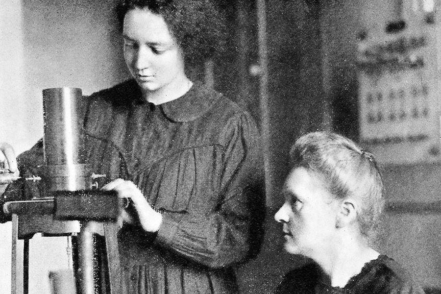 Irène Joliot-Curie (de pie) junto a su madre Marie Curie