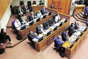 Huenchumilla y Harboe advierten que límite a la reelección regiría para actuales parlamentarios pese a que se haya aprobado sin retroactividad