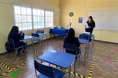Mineduc: el 2,25% de colegios que retomó las clases presenciales registró algún brote de Covid