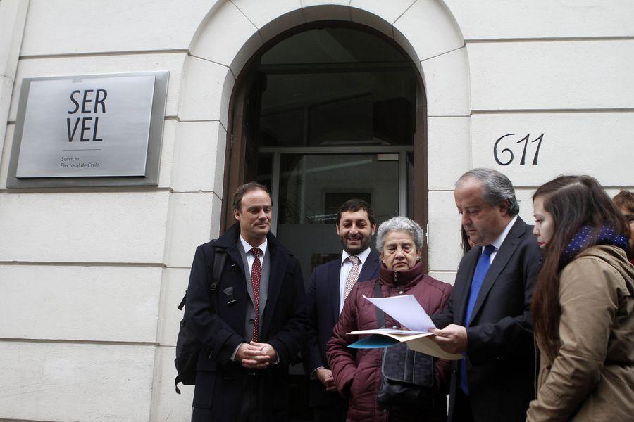 Diputados UDI presentan ante el Servel una denuncia