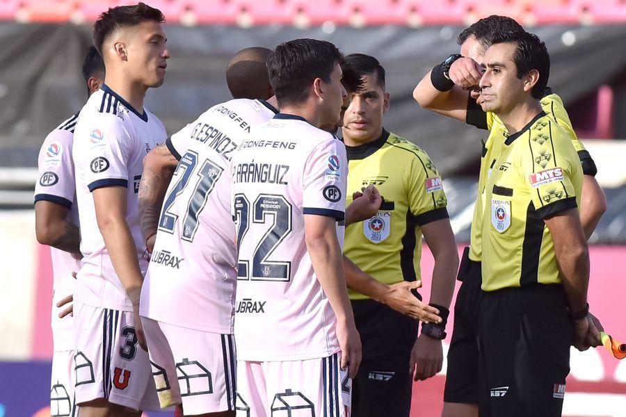 Los jugadores de Universidad de Chile discuten la decisión de Hermosilla de invalidar el gol de Mario Sandoval.
