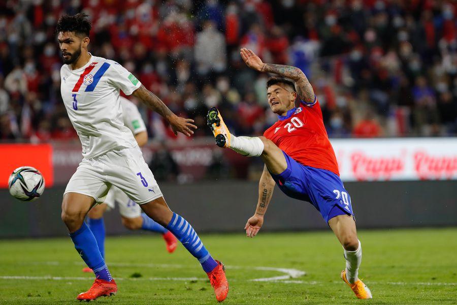 Charles Aránguiz fue expulsado ante Paraguay y no podrá jugar ante Venezuela.