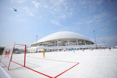 Este es el campo de fútbol que está hecho con vasos reciclados