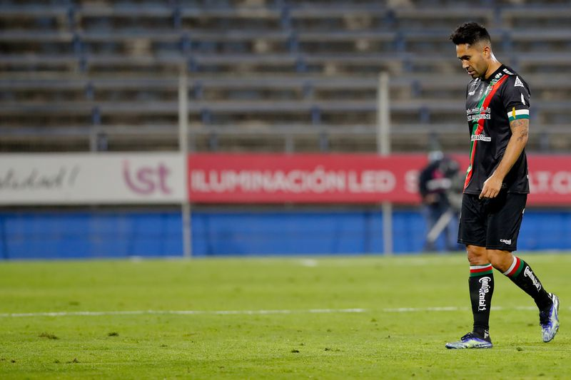Luis Jiménez no tuvo una buena actuación en la derrota de Palestino frente a Universidad Católica, pese a marcar el descuento de penal. Foto: AgenciaUno.
