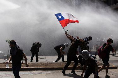 """Michael Reid, editor de The Economist: """"Si Chile sigue siendo un oasis dependerá de la respuesta del gobierno"""""""
