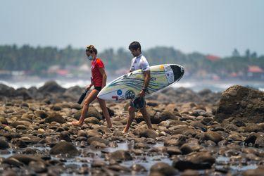 El surf chileno sueña con Tokio: Estela López y Manuel Selman siguen avanzando en el Preolímpico