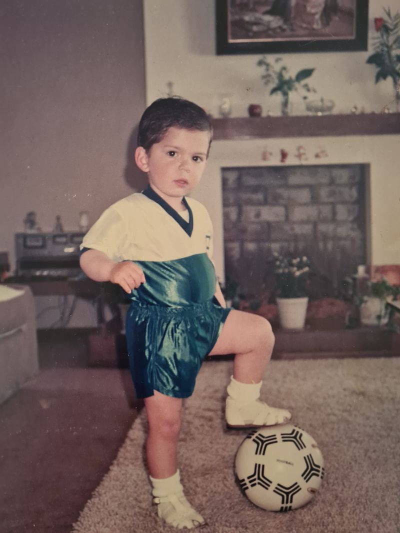 Gabriel Boric, de niño, con los colores de la UC