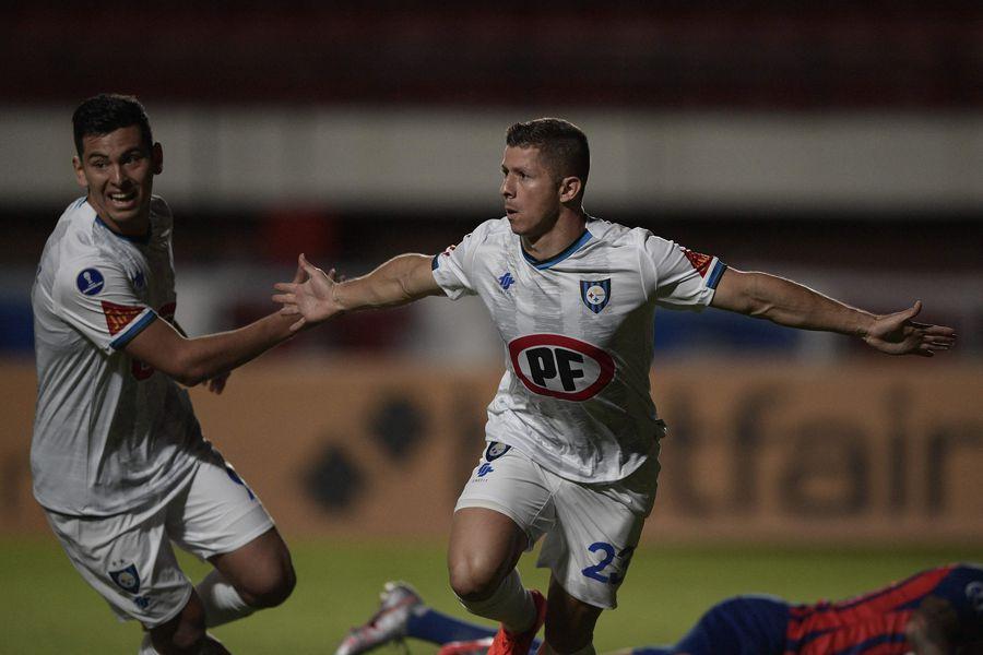 Cris Martínez abrió la cuenta para Huachipato ante San Lorenzo, en Buenos Aires, en la primera fecha de la fase de grupos de la Copa Sudamericana.