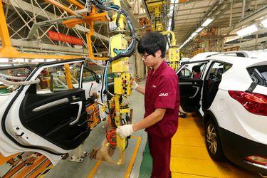 Producción industrial de China crece y supera las expectativas en diciembre