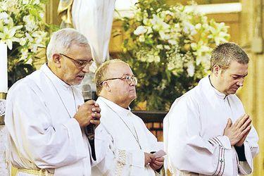Charles Scicluna pide perdón de rodillas en nombre del Papa