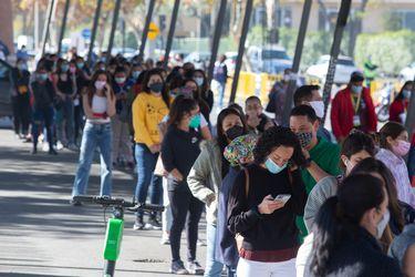 Informe epidemiológico: nuevo récord en la baja de los casos activos en el país, mientras que en la RM se mantienen en menos de 5 mil