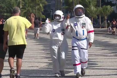 Caminata espacial por la playa | Pareja le hace frente a la pandemia utilizando trajes de astronauta