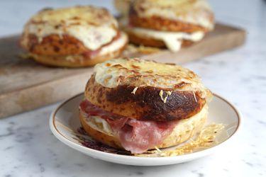 Cómo hacer Croque Monsieur, un sandwich con salsa bechamel para el desayuno