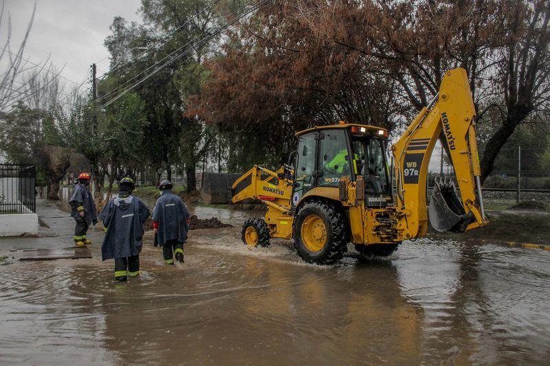 Graneros: calles anegadas en la población Santa Rosa tras paso del sistema frontal que afecta a la zona central del país.