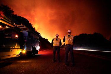 Evacuan a residentes de zonas afectadas por los incendios forestales de California