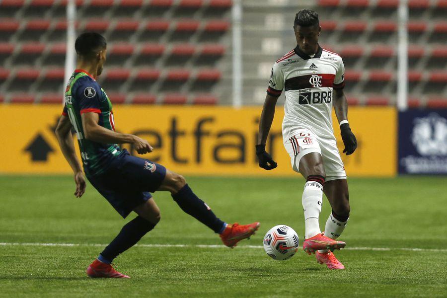 Erick Wiemberg y Bruno Henrique, durante el duelo entre Unión La Calera y Flamengo. FOTO: Agencia Uno.