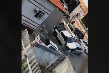 Le chocó su camioneta y entonces decidió pasarlo por encima (literal) como venganza