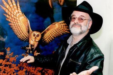 """Terry Pratchett le predijo las """"fake news"""" a Bill Gates en 1996"""