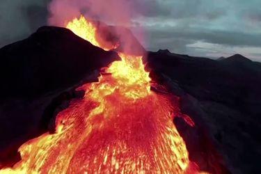 Dron sobrevuela el volcán más activo de Islandia