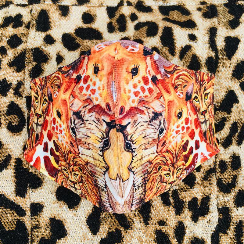 """""""Estoy feliz de  crear y poder plasmar mi arte en este objeto tan inusual que hoy se vuelve indispensable para tu autocuidado; si tenemos que taparnos la boca, que sea con estilo y como tú quieras"""", dice la artista Diana García, quien ha trasladado sus íconos y colores vibrantes a este objeto imprescindible hoy en día. @dianagarcia_visualartis"""