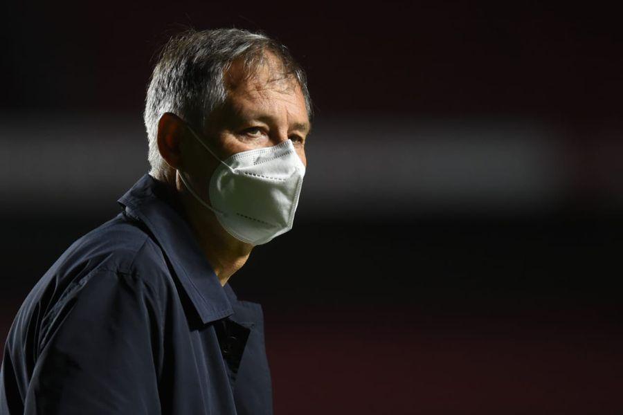 El técnico Ariel Holan presentó su renuncia al Santos.