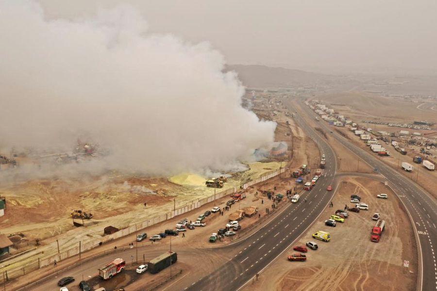 La emisión de humo desde la azufrera continuaba hasta esta tarde. Foto: Iquiquedesdeelaire.cl
