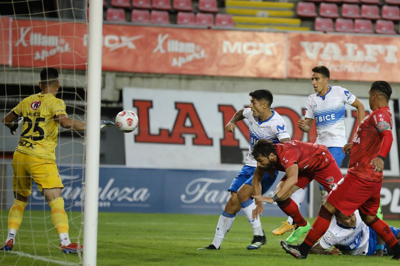 Fabricio Fontanini anota en su propia puerta el 0-1 ante la UC, en el Nelsón Oyarzún. FOTO: Agencia Uno.