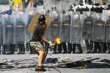 choques-violentos-entre-policia-y-manifesta-38505439