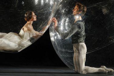 Bailarines alemanes posan en burbujas de PVC para representar la distancia social