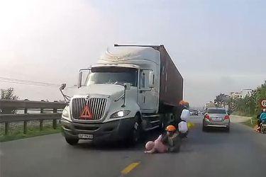 Madre salva de milagro a su hijo tras caer de una moto en plena carretera