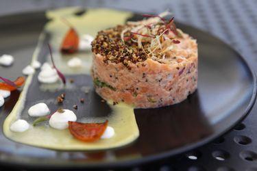 Cómo hacer tártaro de salmón ahumado en salsa de ajo