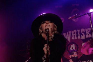 "Miley Cyrus reversiona ""Boys Don't Cry"" de The Cure en el Whisky A Go-Go"