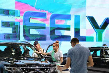 Presidente de china Geely alcanza casi el 10% de participación en dueña de Mercedes-Benz