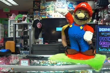 Madre regala a su hijo enorme figura de Mario y este la transforma en Amiibo