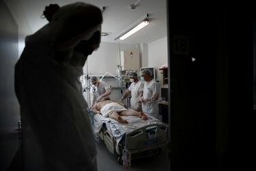 Dos estudios internacionales muestran cómo el coronavirus se ha vuelto menos mortal