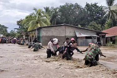 Decenas de personas siguen desaparecidas tras inundaciones en Indonesia