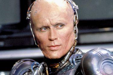 Neil Blomkamp quiere que Peter Weller vuelva para Robocop Returns