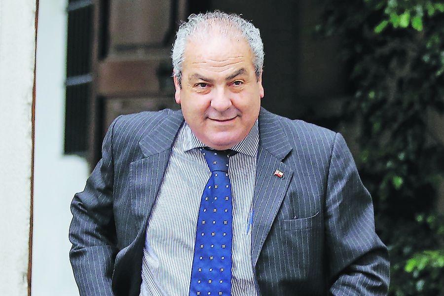 subsecretario de Redes Asistenciales, Luis Castillo, camina por el palacio de la Moneda.