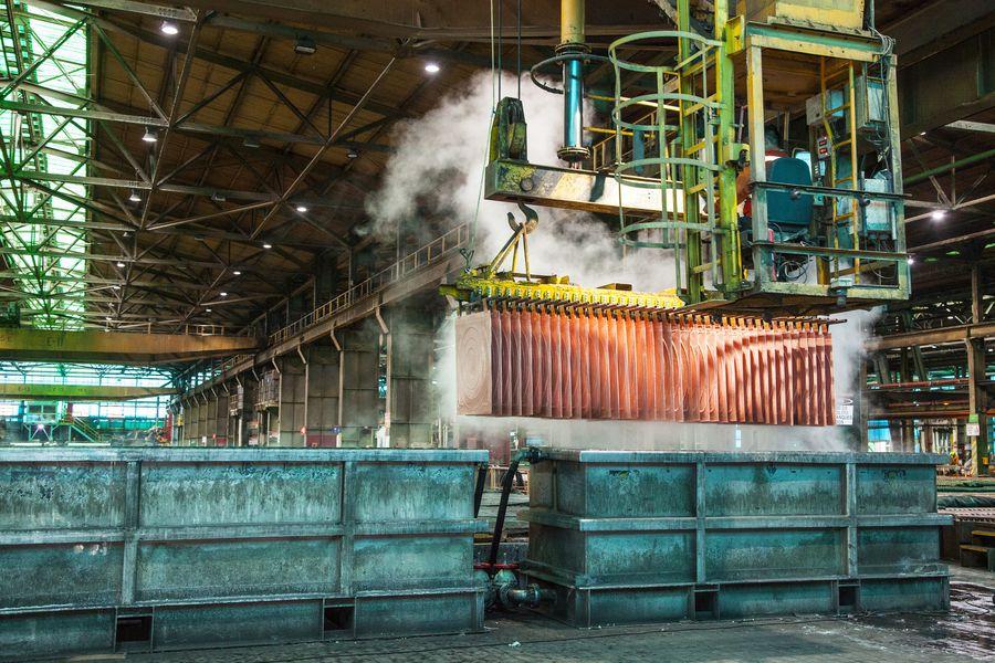 Cochilco aplica fuerte alza en  proyección para el precio del cobre este año y advierte riesgos para producción en Chile y Perú