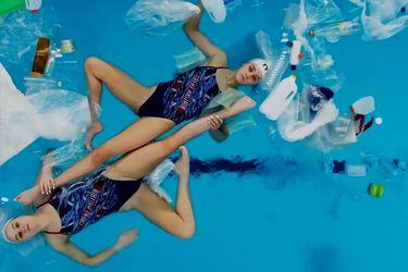 Una particular rutina en una piscina llena de basura