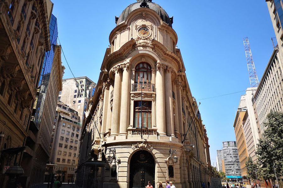 Bolsa de Santiago se desacopla de la tendencia mundial: anota mayor caída en seis semanas y es la plaza de peor rendimiento del mundo