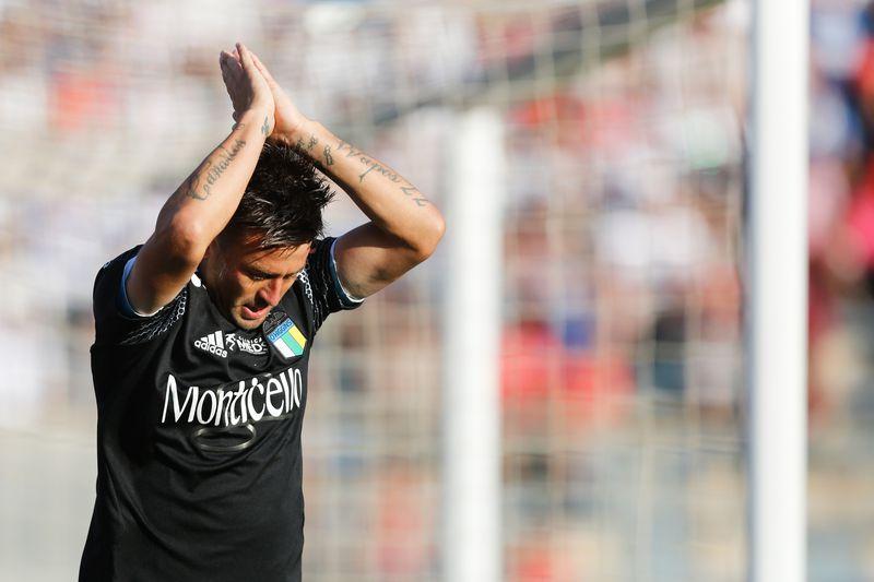 Roberto Gutiérrez le pide perdón a los hinchas de Universidad Católica, en San Carlos de Apoquindo, tras marcar un gol jugando por O'Higgins, en 2020.