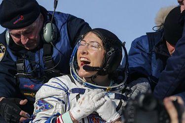 La astronauta Christina Koch regresó a la Tierra tras establecer un récord de estadía en el espacio